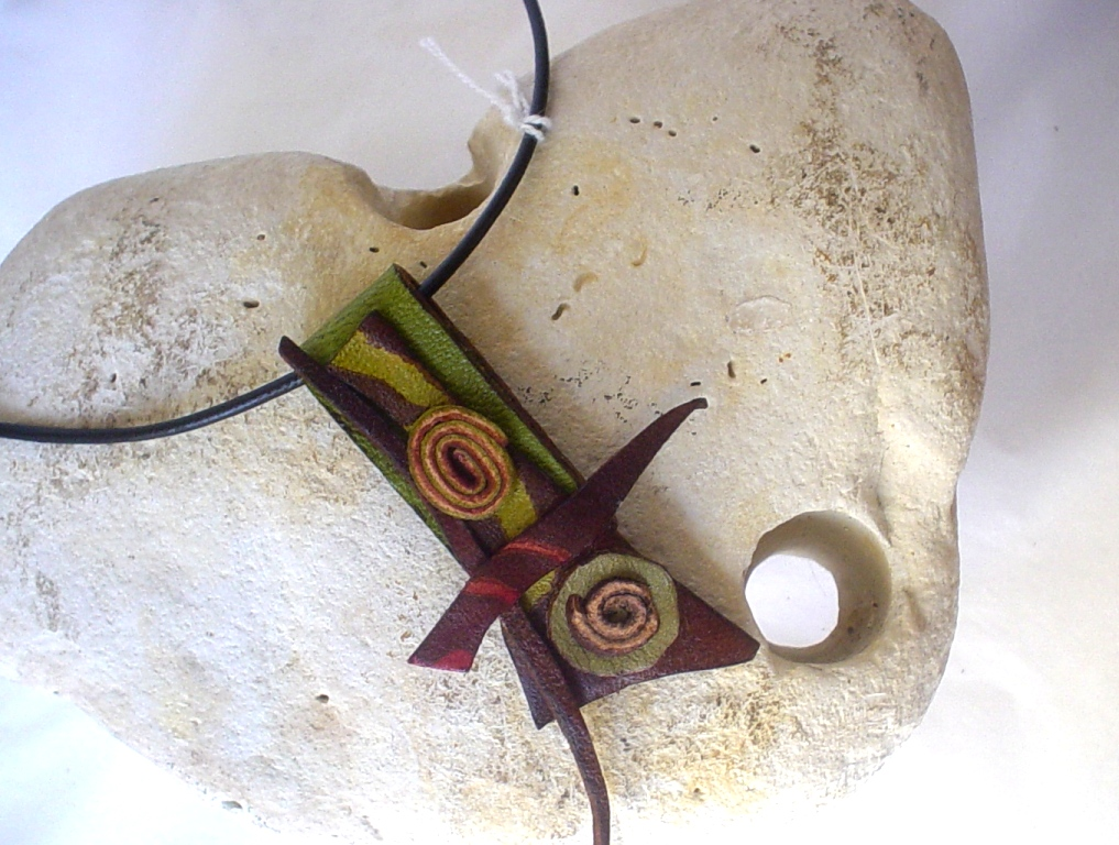 collier cuir femme contemporain